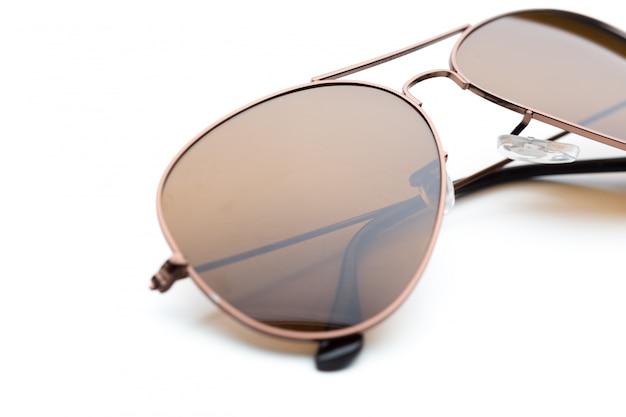 Gli occhiali da sole hanno isolato la priorità bassa bianca