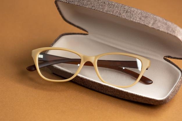 Gli occhiali da sole moderni di una vista frontale moderni sui precedenti marroni hanno isolato l'eleganza degli occhiali di visione