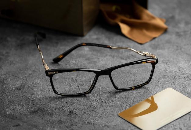 Gli occhiali da sole moderni di vista frontale moderni sulla scrivania grigia hanno isolato l'eleganza degli occhiali di visione