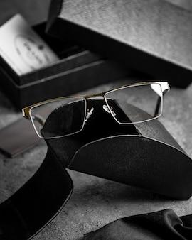 Gli occhiali da sole ottici di vista frontale moderni sullo scrittorio grigio hanno isolato gli occhi di visione di vista