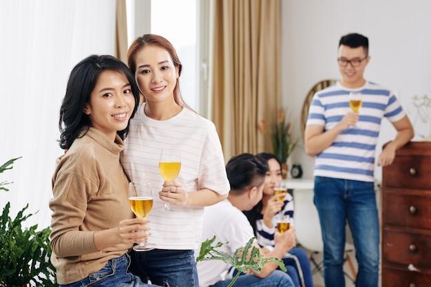 Gli ospiti della festa bevono birra dai bicchieri