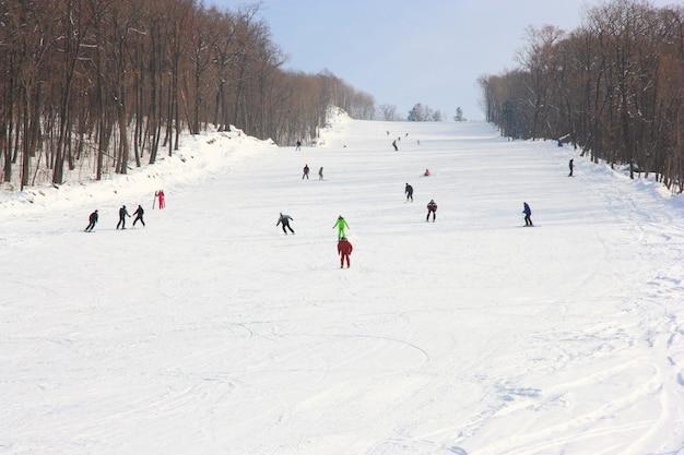 Gli sciatori vanno sull'ascensore sulla montagna nel territorio di primorski russia