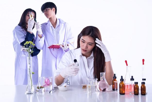 Gli scienziati conducono esperimenti in laboratorio, team di ricercatori in estratto di sostanze chimiche e naturali, ricerca di aromatici essenziali in laboratorio