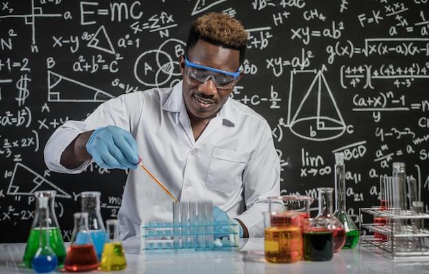 Gli scienziati rilasciano sostanze chimiche arancioni nel bicchiere del laboratorio