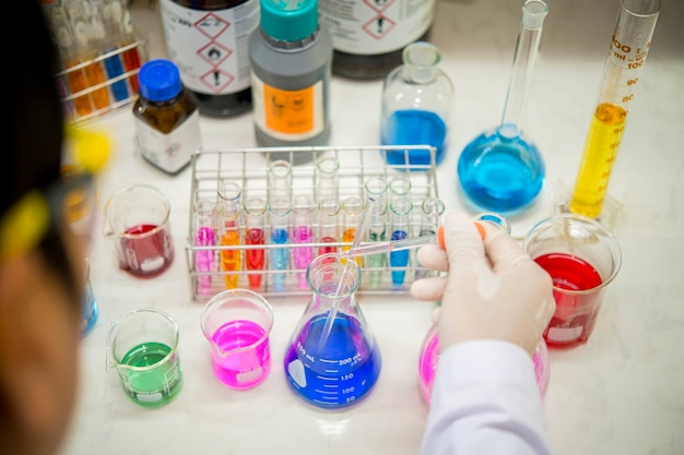 Gli scienziati stanno conducendo esperimenti nel laboratorio di chimica.