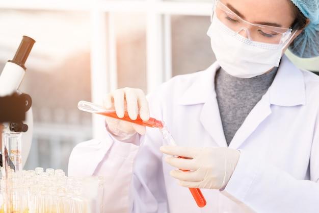 Gli scienziati stanno sperimentando in laboratorio.