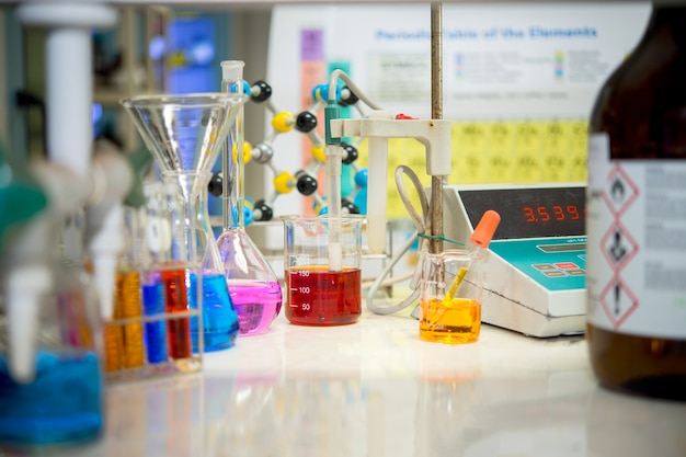 Gli scienziati stanno sperimentando strumenti scientifici e misurando conduttori