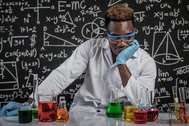 Gli scienziati usano l'idea di formule chimiche nei laboratori