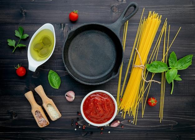 Gli spaghetti sottili su legno nero