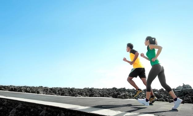 Gli sportivi che corrono all'aperto