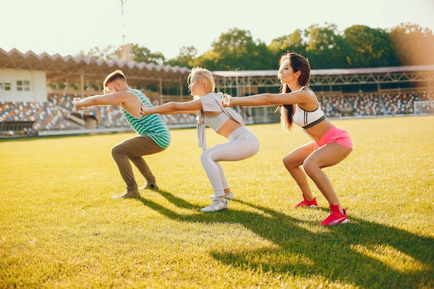 Gli sportivi si allenano allo stadio