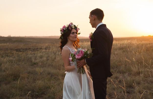 Gli sposi camminano al tramonto.