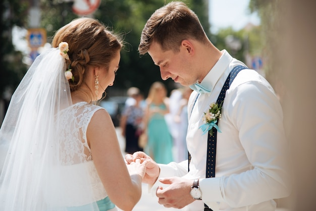 Gli sposi provano mettendo gli anelli vicino all'ufficio del registro