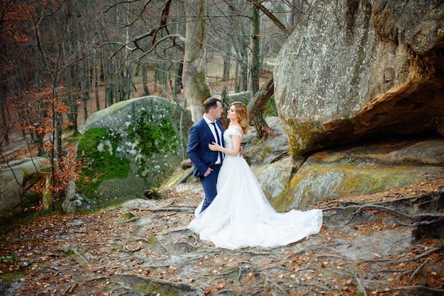 Gli sposi si abbracciano in montagna