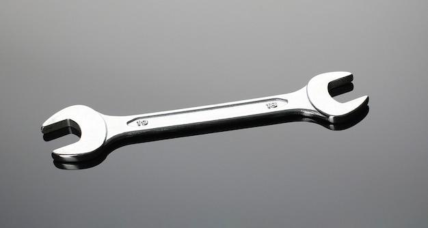 Gli strumenti del meccanico su fondo grigio, disposizione piana. spazio per il testo