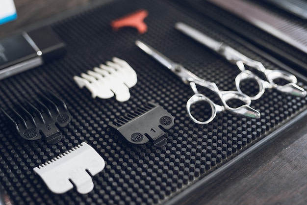 Gli strumenti del parrucchiere nel barbiere maschile.