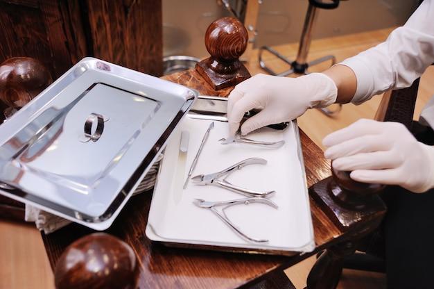 Gli strumenti del pedicure e del manicure si chiudono su sul salone della stazione termale