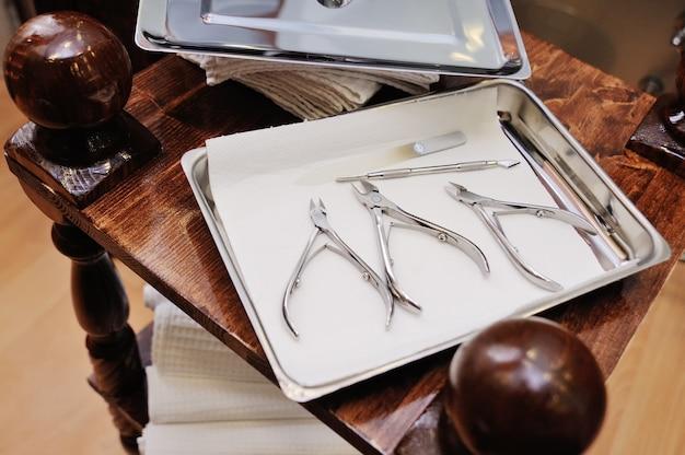 Gli strumenti del pedicure e del manicure si chiudono su sulla superficie del salone della stazione termale