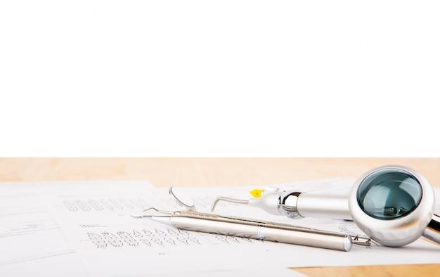 Gli strumenti di un dentista con sfondo bianco