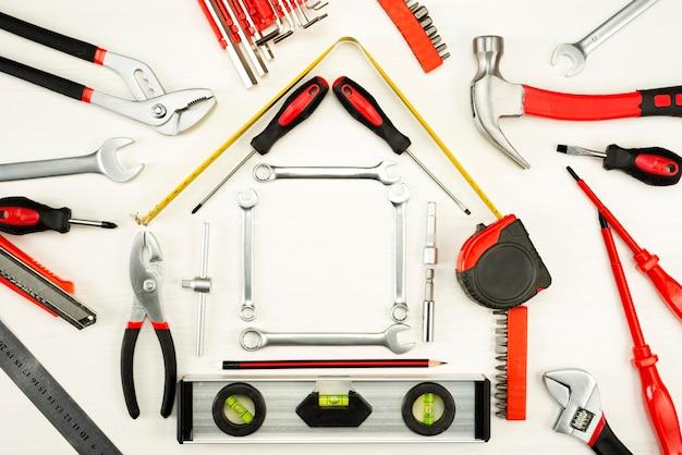 Gli strumenti per la costruzione e la riparazione formeranno una casa. prestito finanziario, concetto di riparazione e manutenzione