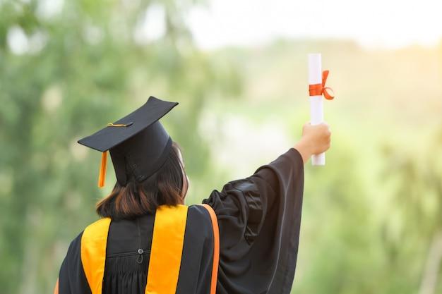 Gli studenti asiatici indossavano completi neri, cappelli neri, nappe gialle il giorno della laurea.