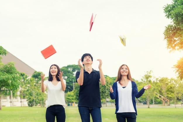Gli studenti asiatici lanciano il libro in onda per celebrare l'anno accademico completo.