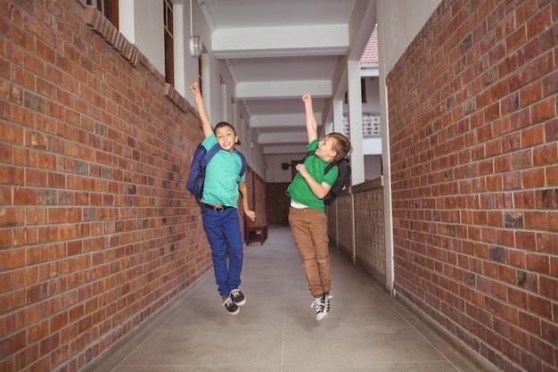 Gli studenti corrono e saltano giù per la sala
