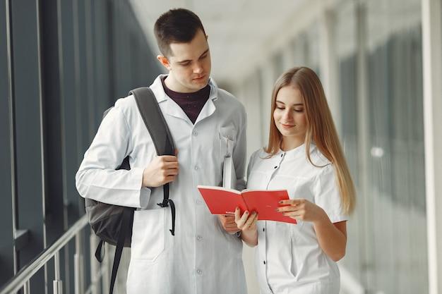 Gli studenti di medicina stanno leggendo un libro in una sala dell'ospedale