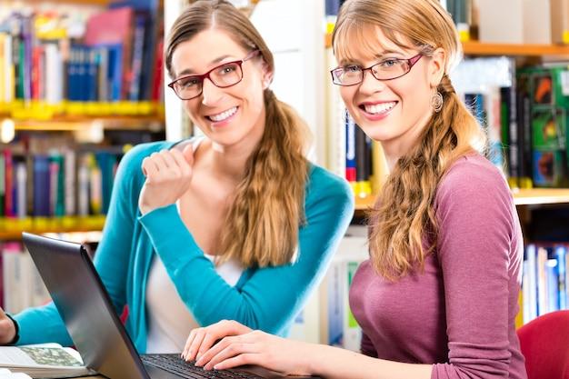 Gli studenti in biblioteca sono un gruppo di apprendimento