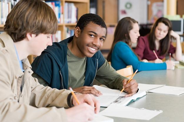 Gli studenti stanno studiando in biblioteca.