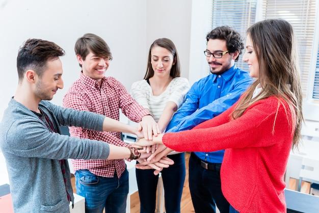 Gli studenti universitari o universitari si aggrappano insieme