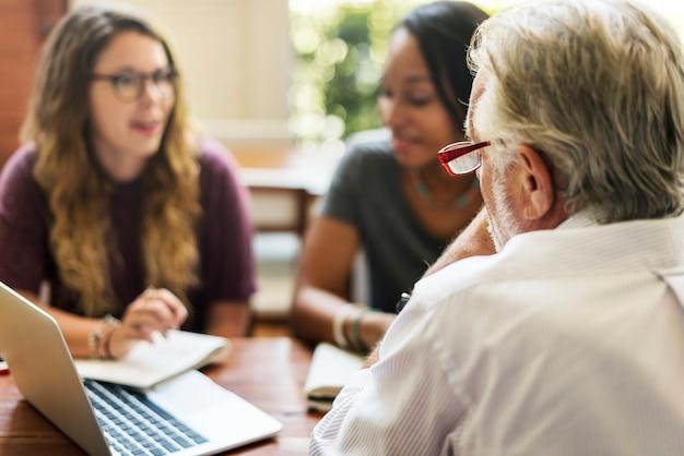 Gli studenti universitari stanno discutendo con un consulente