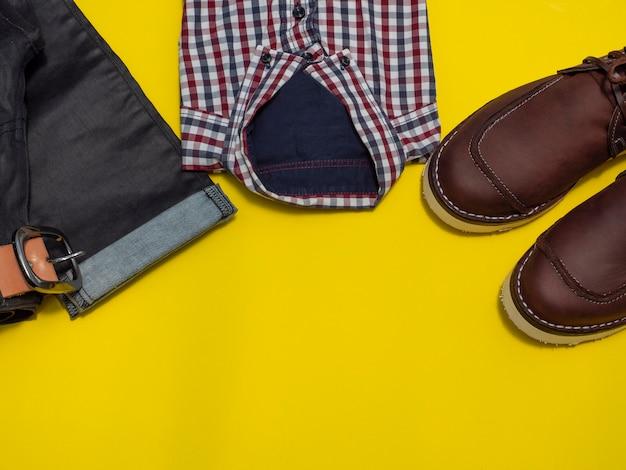 Gli uomini adattano l'insieme dell'abbigliamento casuale isolato su giallo