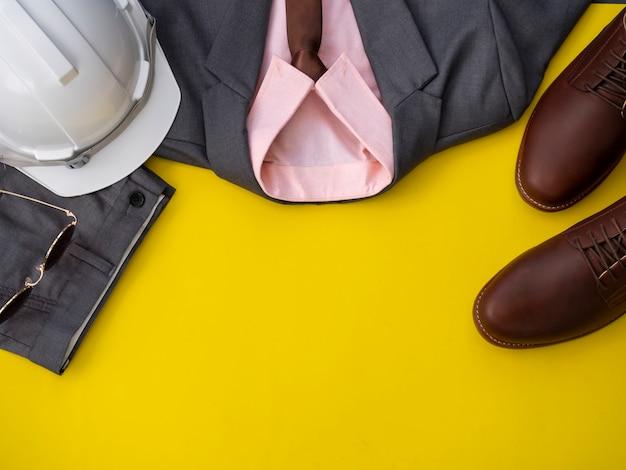 Gli uomini adattano l'insieme e gli accessori dell'abbigliamento isolati su un giallo. responsabile del progetto vestiti concetto, vista dall'alto