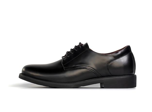 Gli uomini adattano le scarpe di cuoio nere isolate su bianco. vista laterale