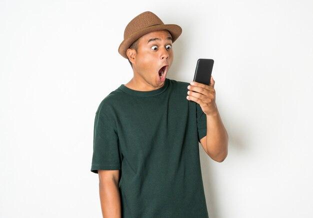 Gli uomini asiatici usano gli smartphone.