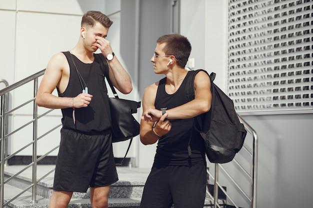 Gli uomini bei negli sport coprono la condizione in una città