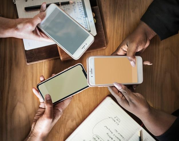 Gli uomini d'affari che usano i loro telefoni