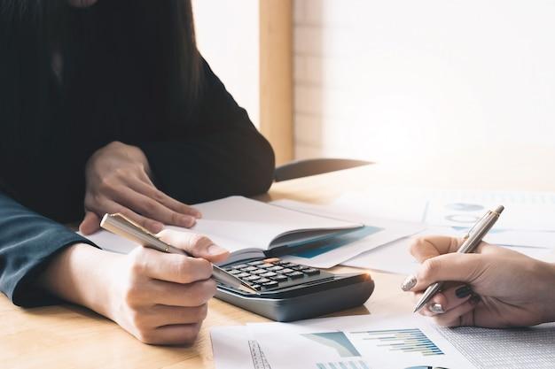 Gli uomini d'affari che utilizzano penna, tablet stanno pianificando un piano di marketing per migliorare la qualità delle loro vendite in futuro.