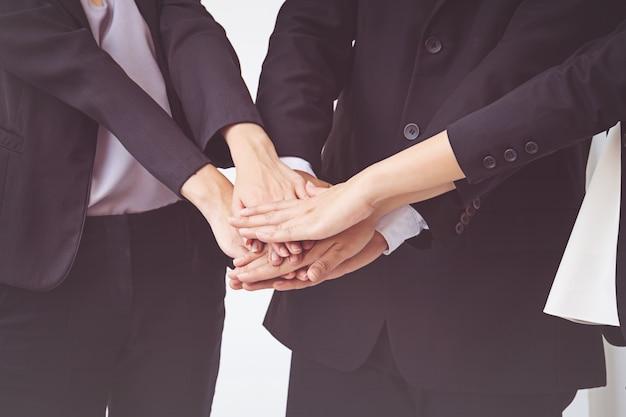 Gli uomini d'affari coordinano le mani. concetto di lavoro di squadra