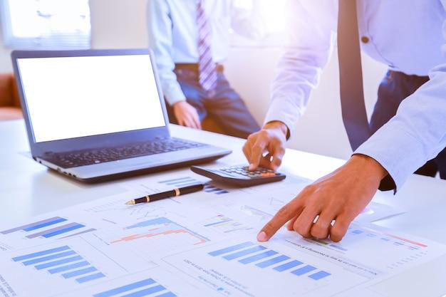 Gli uomini d'affari discutono insieme del loro lavoro con un documento grafico