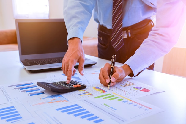 Gli uomini d'affari discutono insieme sul lavoro in base al documento grafico e alle impostazioni.