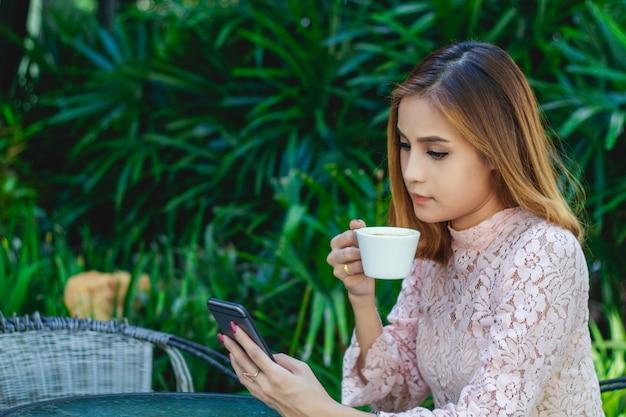 Gli uomini d'affari e le donne stanno usando mobile e touch smart phone per la comunicazione e il controllo degli uomini d'affari in ufficio