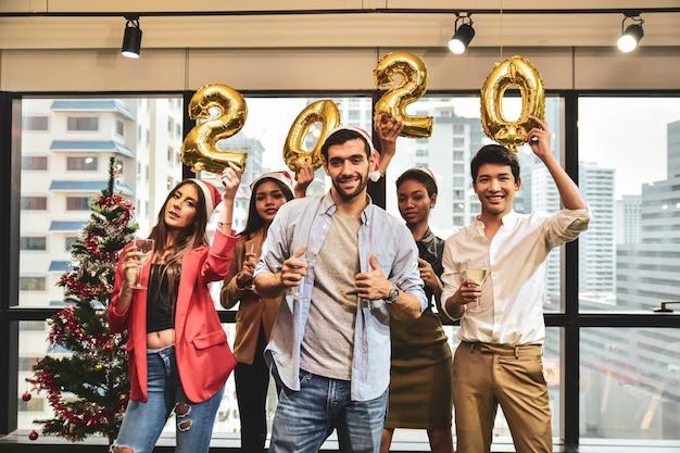 Gli uomini d'affari festeggiano il nuovo anno 2020