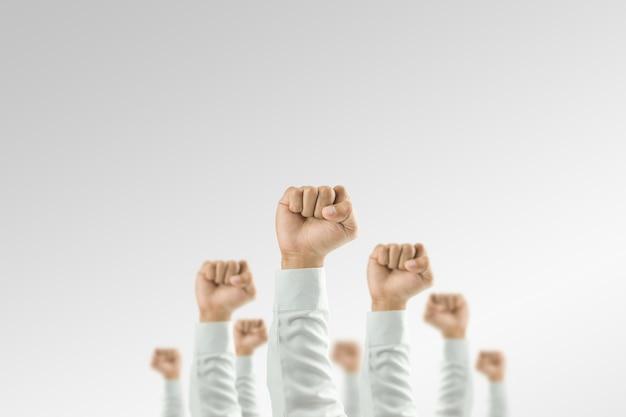 Gli uomini d'affari hanno alzato la mano per vincere la celebrazione dell'organizzazione.