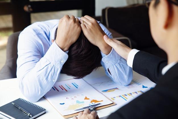 Gli uomini d'affari incoraggiano. uomo d'affari che consola un amico incoraggiante. confortare un collega di lavoro. concetto di incoraggiamento