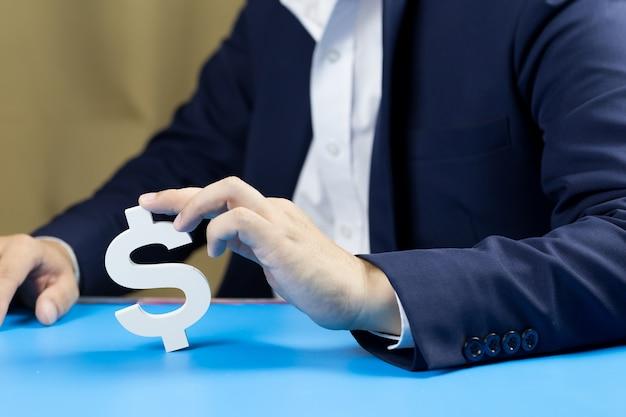 Gli uomini d'affari investono per il futuro e i profitti.