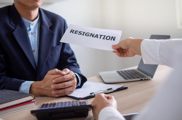 Gli uomini d'affari inviano una lettera di dimissioni al capo