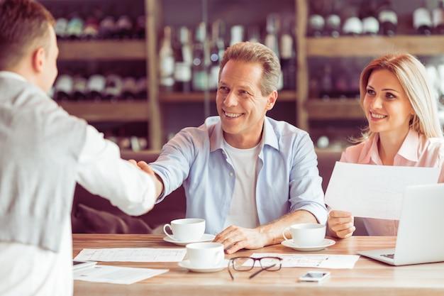 Gli uomini d'affari lavorano durante il pranzo di lavoro.
