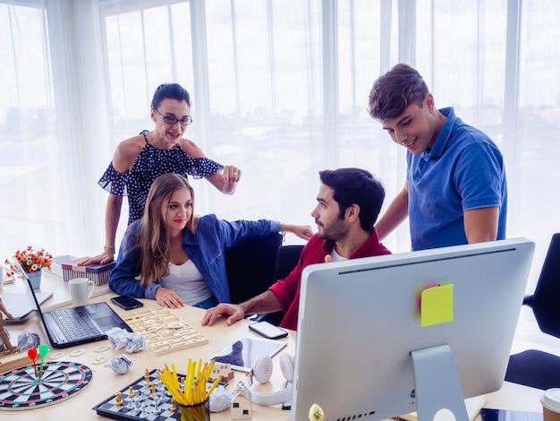 Gli uomini d'affari lavorano insieme e si incontrano per discutere della situazione
